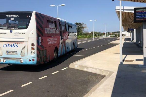 de larges quais pour les bus et les passagers. Affichage sur panneaux a message variable