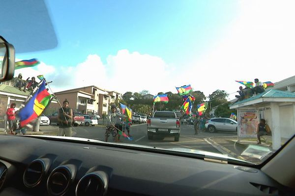 Référendum 2020, drapeaux indépendantistes / Kanaky, Nouméa