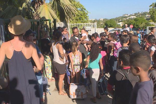 Des parents d'élèves manifestent pour l'installation de climatiseurs à l'école à Saint-Gilles.
