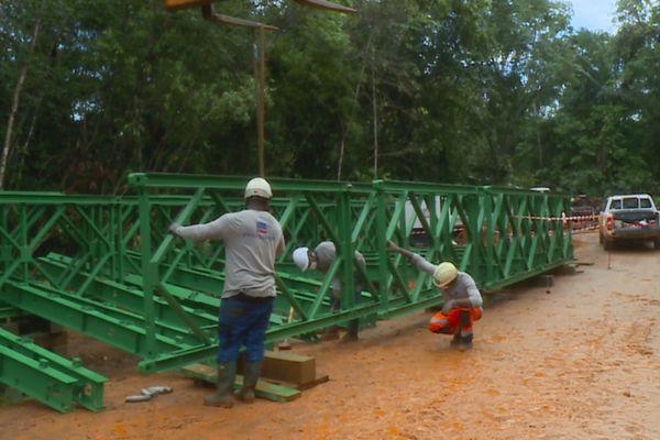 Roura : un pont militaire en construction à Eskol