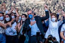 Luis Abinader, entouré de ses proches, après l'annonce de sa victoire à la présidentielle.