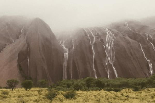 Le rocher sacré d'Uluru sous les cataractes