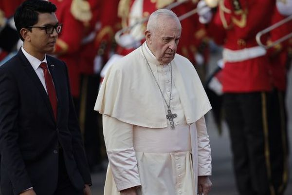 Le pape François est accueilli par le président Andry Rajoelina à son arrivée à Madagascar ce vendredi 6 septembre.