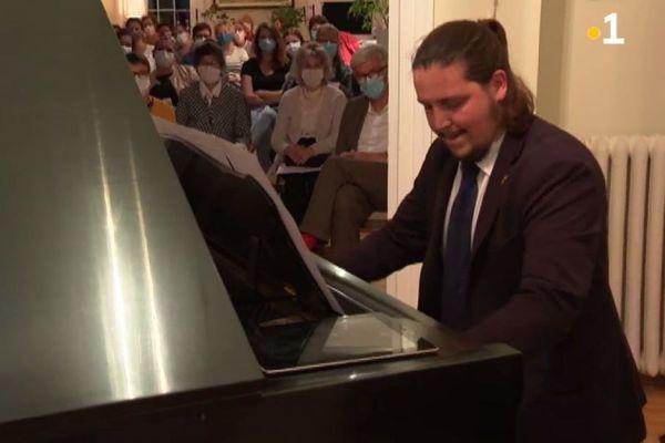 Joshua de Lizarraga, Miquelonnais et virtuose de piano