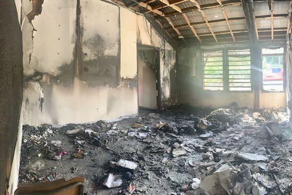 Après l'incendie à l'école élémentaire Scheffleras de Païta, 2 août 2021.