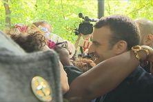 Emmanuel Macron entouré par une antillaise lundi dernier lors de la journée de la mémoire de l'esclavage à Paris