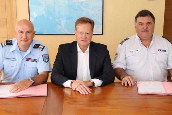 L'accord de coopération renforcé a été signé par le Commandant de la gendarmerie et le Directeur de la DSP en présence de René Bidal, Haut Commissaire
