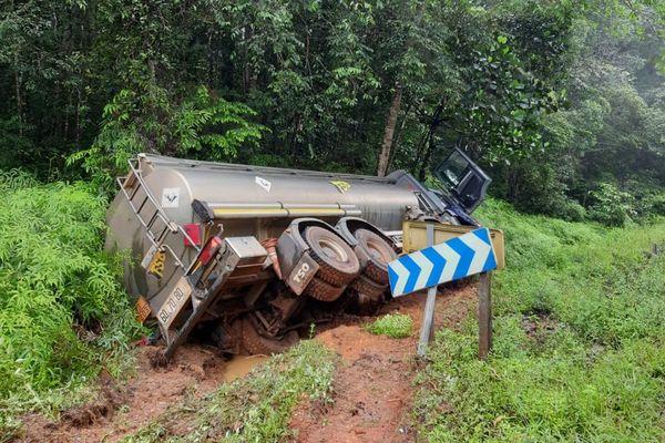 Sortie de route pour un camion citerne