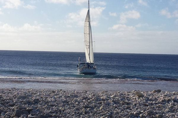 A Takapoto, le voilier échoué sur le récif