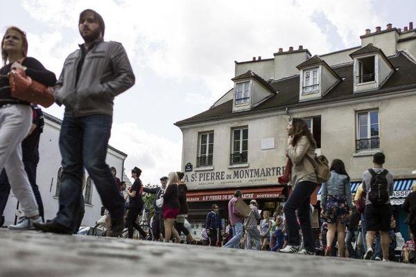 Rue et passants à Montmartre