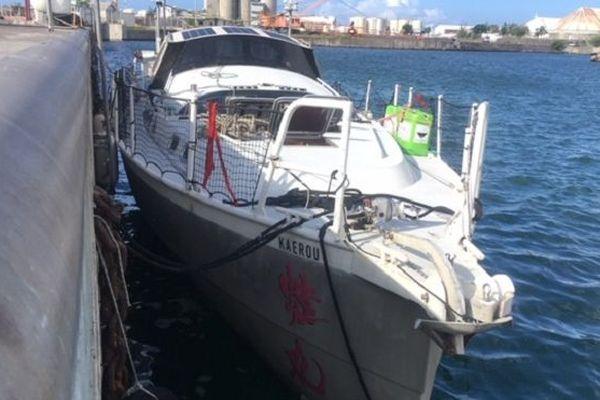 """Secouru au large de La Réunion, le voilier """"Kaerou"""" et son skipper sont arrivés au Port."""