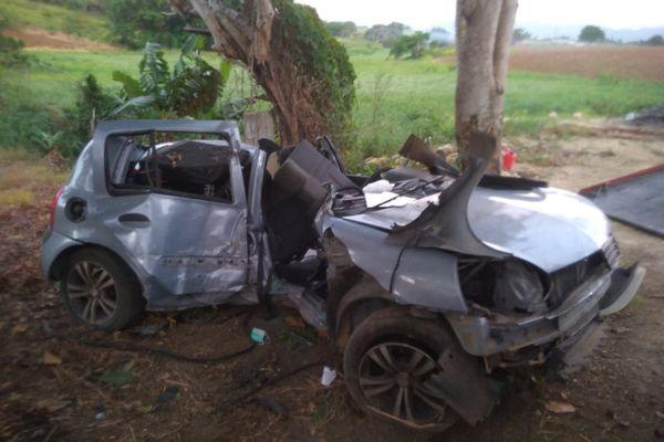 Accident voiture encastrée dans un arbre
