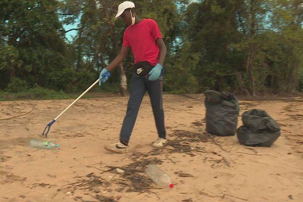 Ramassage de déchets à la Pointe LIberté de Macouria