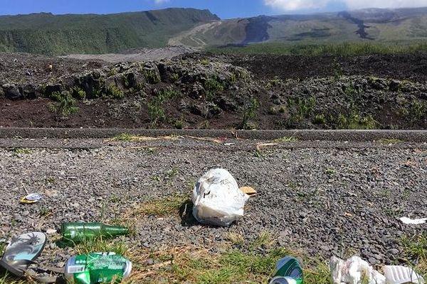 Des déchets au pied du volcan