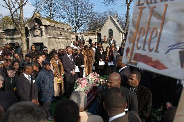 Des milliers d'anonymes avaient assisté aux obsèques de la chanteuse le 25 janvier 2003