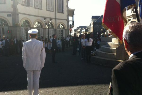 Manuel Valls devant le monument aux Morts à Saint-Denis