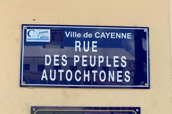 La plaque de la rue des Peuples autochtones