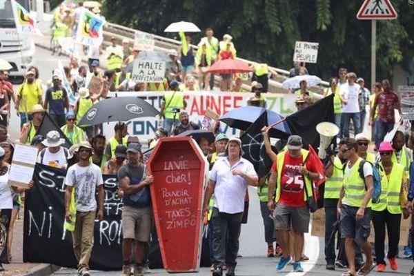 Une marche des Gilets Jaunes dans les rues de Saint-Pierre