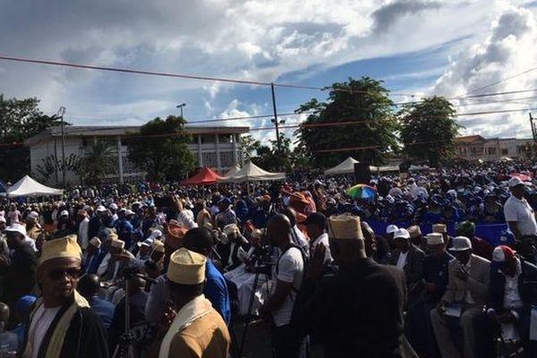 10 000 personnes massées sur le terrain de football d'Ajao