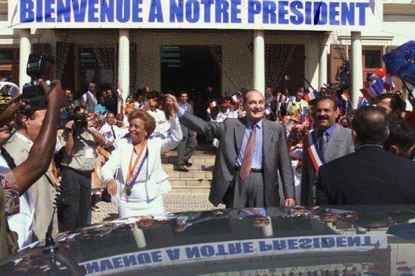 e président Jacques Chirac et la présidente RPR du conseil régional de la Guadeloupe, Lucette Michaux-Chevry saluent la foule, le 9 mars 2000 à la mairie de Basse-Terre, en Guadeloupe.