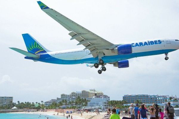 Avion d'Air Caraïbes avant son atterrissage à l'aéroport international de Juliana dans la partie hollandaise de Saint-Martin