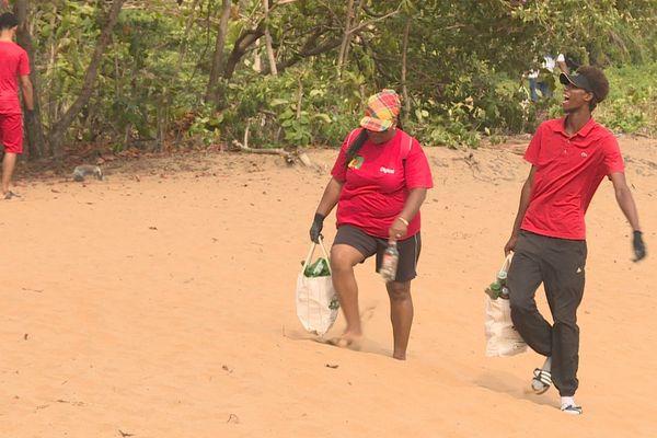 Des collecteurs bénévoles sur la plage de Gosselin Green days Green beach 2019