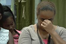 Une guyanaise se recueille en mémoire des victimes des attentats parisiens.