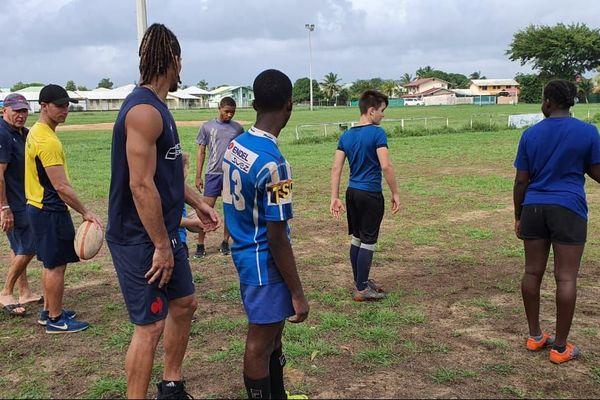 Alexandre Benard et les jeunes de son club de Kourou