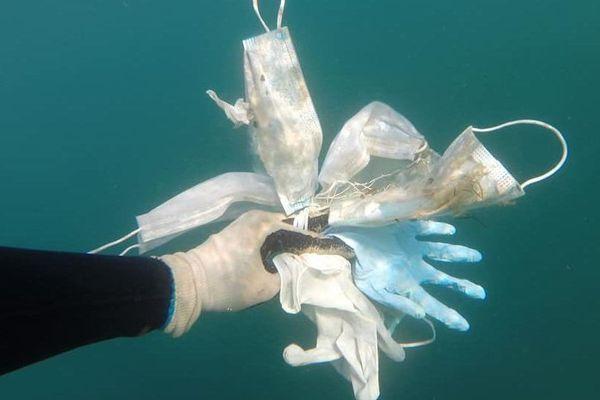 Des gants et des masques jetables retrouvés au large d'Antibes, le 24 mai 2020