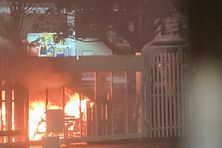 Incendie devant le palais de justice de Fort-de-France.