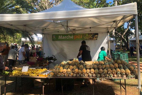 Marché péi maraîchers Graziella Bègue ananas Jardin de l'Etat Saint-Denis 110921