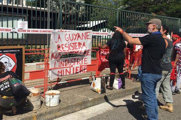 Manifestation de Or de question devant les grilles de la préfecture 16 10 19