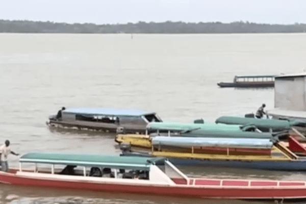 Pirogues sur le Maroni en Guyane