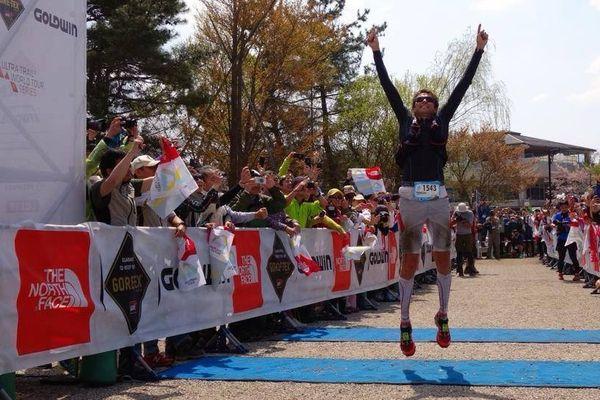 D'Haene vainqueur de l'ultra trail du Mont Fuji, sur la ligne d'arrivée