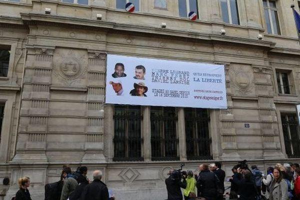 Banderole otages mairie paris