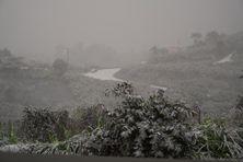 Vue depuis l'observatoire Belmont à Saint-Vincent. Il est impossible de voir le volcan à cause des retombées de cendres.