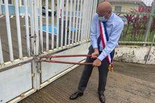 Yan Monplaisir brise les chaînes pendant une grève des services municipaux à Saint-Joseph.