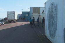 Les salariés devant l'usine de traitement du concombre de mer à Saint-Pierre
