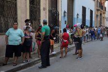 A La Havane, les gens portent des masques lorsqu'ils font la queue pour acheter de la nourriture