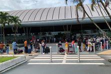 La file des passagers en partance pour les Antilles à l'aéroport Félix Eboué
