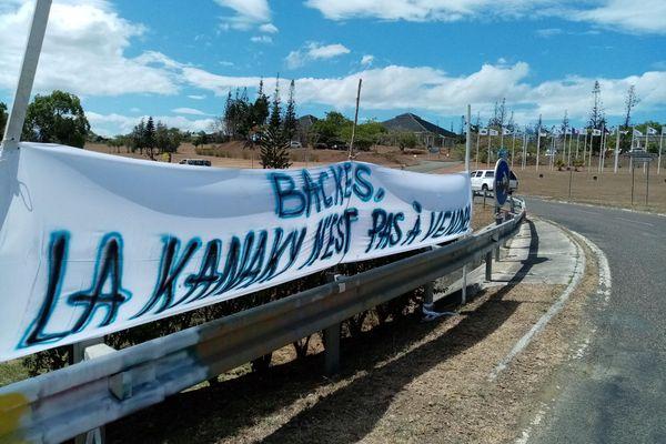 Dossier usine du Sud : banderoles à Koné, 7 décembre 2020