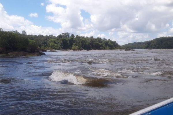 Sur le fleuve Oyapock entre Camopi et Saint-Georges