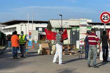 Mobilisation devant le CHOG contre le pass sanitaire avec un barrage filtrant
