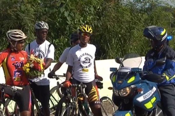 Cyclistes et gendarmes
