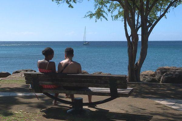 couple assis sur un banc
