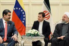 Nicolas Maduro, président du Venezuela (à gauche) discute avec Hassan Rouhani, président de l'Iran (à droite).