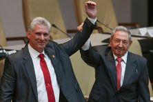 Le nouveau président de Cuba, Miguel Díaz-Canel, aux côtés de Raul Castro, ancien président durant dix ans.