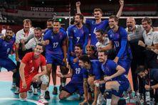 Les joueurs de l'équipe de France de volleyball célèbrent leur victoire contre la Pologne dans le quart de finale du tournoi olympique à Tokyo, le 3 août 2021, .