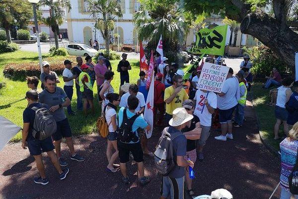 Environ 150 personnes manifestent à saint-Pierre, ce samedi 11 janvier.