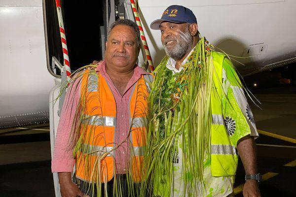 le commandant de bord Ronald Urene, qui pose avec le patron d'Air Calédonie 31 mai 2021